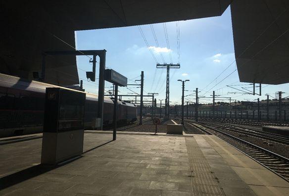Blick vom Bahnsteig auf Oberleitungen